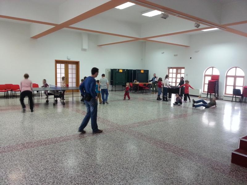 Veliku dvoranu od 215 m2 u kojoj se nalaze  4 stola za stolni tenis, razglas, 100 stolica