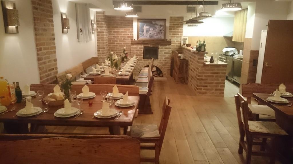 Blagovaonica s 40 mjesta s kuhinjom i svim potrebnim posuđem i priborom (blagovaonicu je moguće koristiti tek od 12:15h, zbog druženja župnog zbora od 11 do 12:15)