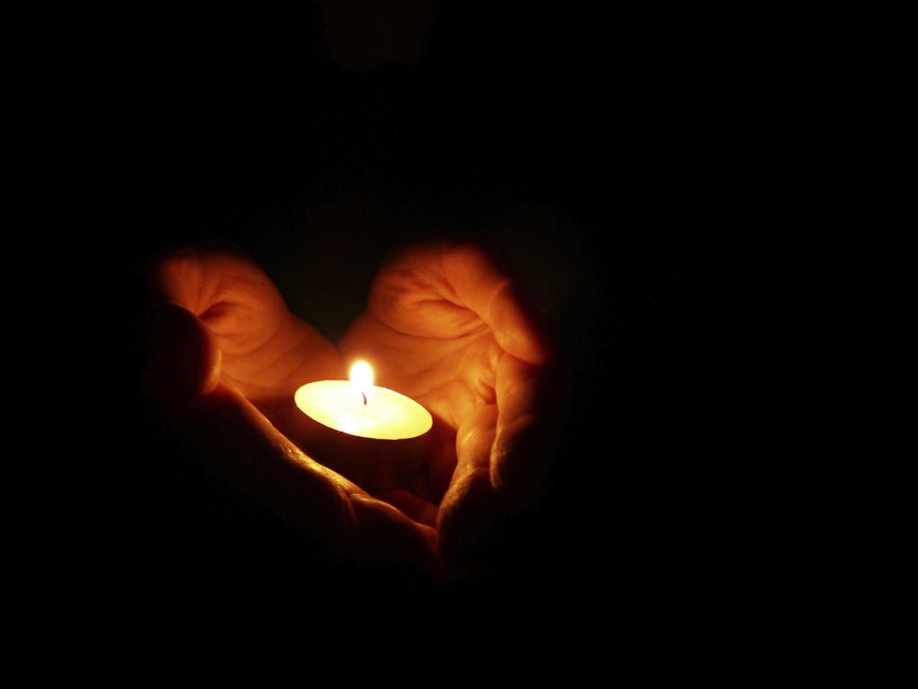 svijeća srce ruke